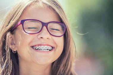 Kind lacht - Zahnspange